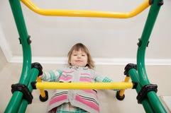 Les enfants autoguident la séance d'entraînement Petite fille sur la barre gymnastique Soins de santé d'enfant et concept physiqu Photos libres de droits