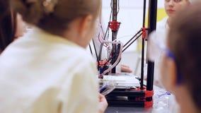 Les enfants autour de l'imprimante 3D étudient la technologie moderne banque de vidéos