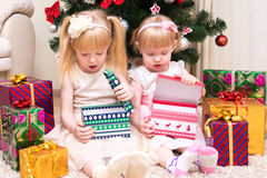 Les enfants avec des cadeaux s'approchent de l'arbre de Noël Images libres de droits