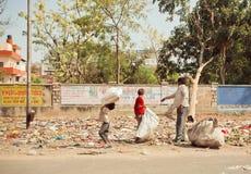 Les enfants avec le pauvre père nettoient des débris Image stock