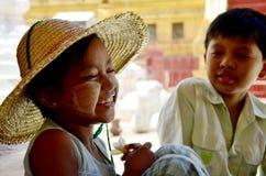Les enfants birmans sourient tandis qu'entretien avec le voyageur à la pagoda de Shwezigon Photographie stock libre de droits