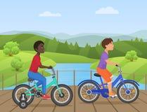 Les enfants blancs et africains montant des vélos, le vélo d'équitation d'enfant, enfants sur la bicyclette en parc dirigent l'il illustration libre de droits