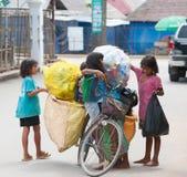 Les enfants cambodgiens doivent travailler Photo libre de droits