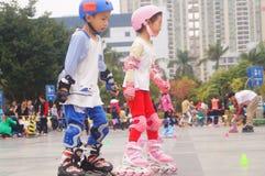 Les enfants chinois apprennent le patinage de rouleau le dimanche Photographie stock libre de droits