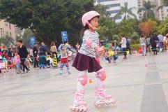 Les enfants chinois apprennent le patinage de rouleau le dimanche Photos stock