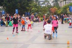 Les enfants chinois apprennent le patinage de rouleau le dimanche Photo libre de droits