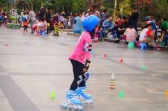 Les enfants chinois apprennent le patinage de rouleau le dimanche Images stock