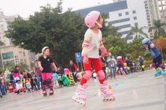Les enfants chinois apprennent le patinage de rouleau le dimanche Image stock