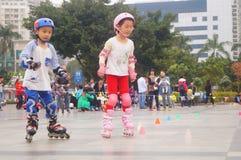 Les enfants chinois apprennent le patinage de rouleau le dimanche Photo stock