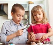 Les enfants considèrent une collection de pierres Photographie stock