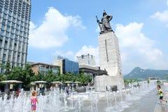 Les enfants coréens jouent une eau à la statue  de ™ìƒ de  d'ë de ‹de 순ì d'amiral Yi Sun-Shin de 충ë¬'ê de ³de µ de ì de   Photo libre de droits