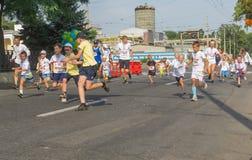 Les enfants courant dans Vyshyvanka courent pendant l'activité locale de Jour de la Déclaration d'Indépendance dans Dniepr Photos libres de droits