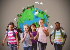 Les enfants courants avec la planète mettent à la terre le monde au-dessus du fond brun vide Photographie stock libre de droits