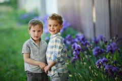Les enfants courants enthousiastes dans le domaine vert jouent ensemble images stock