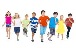 Les enfants courent ensemble Image stock