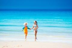 Les enfants courent et jouent sur la plage tropicale Photographie stock libre de droits