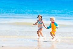 Les enfants courent et jouent sur la plage tropicale Photographie stock