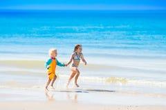 Les enfants courent et jouent sur la plage tropicale Photos libres de droits