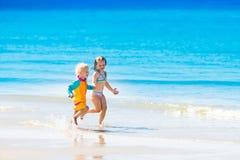Les enfants courent et jouent sur la plage tropicale Images libres de droits