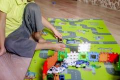 Les enfants cr?atifs d'un jardin d'enfants construisent une tour de bloc images libres de droits