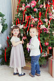 Les enfants décorent un arbre de Noël Photographie stock