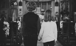 Les enfants d'église croient le concept de la famille religieux de foi images libres de droits