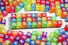 les enfants d'alphabet cube le jouet tiré des lettres s en bois Photos stock