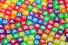 les enfants d'alphabet cube le jouet tiré des lettres s en bois Image libre de droits