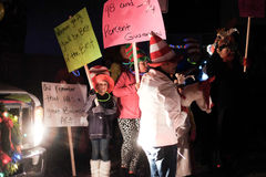 Les enfants dans des chapeaux de Seuss tiennent des signes pour le défilé de vacances Photos libres de droits