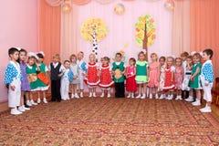 Les enfants dans des costumes de carnaval se tiennent dans une rangée Photos libres de droits