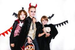 Les enfants dans des costumes de Halloween montrent les visages drôles Photos stock