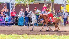 Les enfants dans des costumes nationaux russes concurrencent dans les poneys au festival équestre images stock