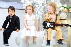 Les enfants dans des costumes se tient le premier rôle qui se reposent sur l'amour de lettres Images libres de droits
