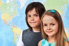 Les enfants dans la classe de géographie se concentrent sur le visage de fille Photo libre de droits