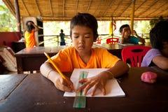 Les enfants dans la leçon à l'école par le projet badine le soin Photos stock