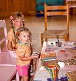 Les enfants dans la salle de classe apprennent la peinture. Images libres de droits