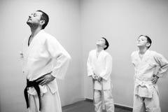 Les enfants dans le kimono commencent à s'exercer sur l'aikido images stock