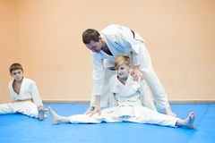 Les enfants dans le kimono commencent à s'exercer sur l'aikido photo libre de droits