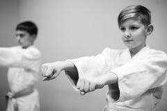 Les enfants dans le kimono commencent à s'exercer sur l'aikido image libre de droits