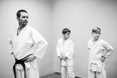 Les enfants dans le kimono commencent à s'exercer sur l'aikido photographie stock libre de droits