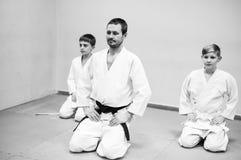 Les enfants dans le kimono commencent à s'exercer sur l'aikido photos stock