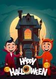 Les enfants dans le monstre costume Dracula et diable à la bannière heureuse de Halloween de des bonbons ou un sort de maison de  illustration de vecteur