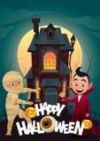 Les enfants dans le monstre costume la maman et le Dracula à la bannière heureuse de Halloween de des bonbons ou un sort de maiso illustration libre de droits
