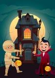 Les enfants dans le monstre costume la maman et le Dracula à la bannière heureuse de Halloween de des bonbons ou un sort de maiso illustration de vecteur