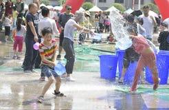 Les enfants dans un combat de l'eau Image stock