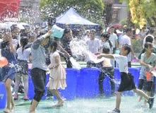 Les enfants dans un combat de l'eau Images libres de droits