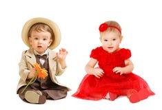 Les enfants de bébés jaillissent habillé, robe de fille de chapeau de costume de garçon, enfants Image stock