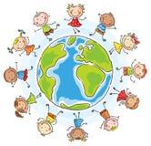 Les enfants de différentes nationalités arrondissent le globe Photos stock
