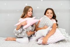 Les enfants de filles étreignent l'oreiller mignon Oreillers mignons d'enfants qu'ils aimeront caresser Trouvez les oreillers déc photographie stock