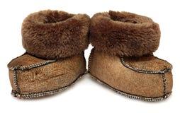 les enfants de fond ont isolé des chaussures de s blanches Butins de fourrure de bébé d'isolement sur le fond blanc Image libre de droits